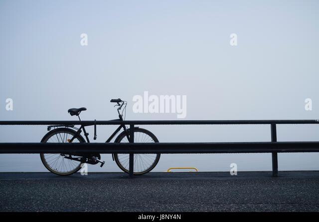 Verlassene Fahrrad hinter Geländer Stockbild