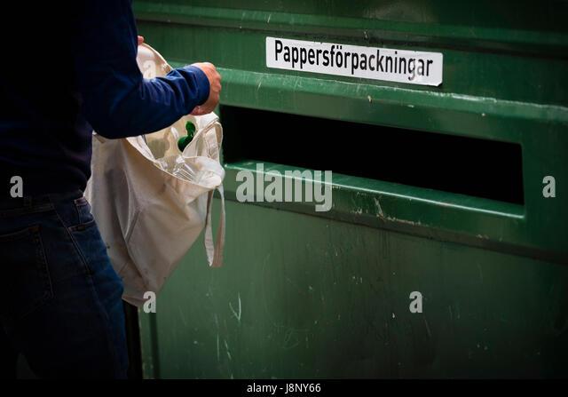 Person Müll wegwerfen Stockbild