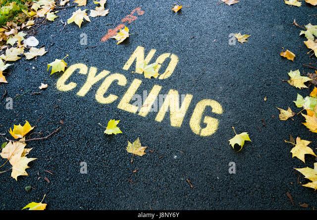 Warnzeichen auf Straße Stockbild