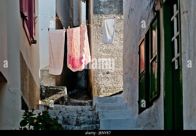 Wäscheständer in engen Straße Stockbild