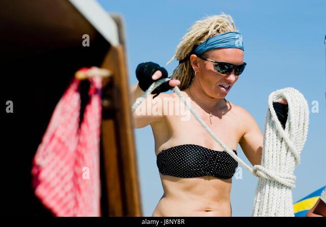 Frau mit Bikini, mit Seil Stockbild