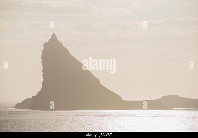 Silhouette des Berges auf dem Seeweg Stockbild