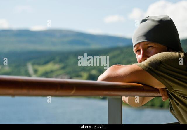 Man stützte sich auf Geländer Stockbild