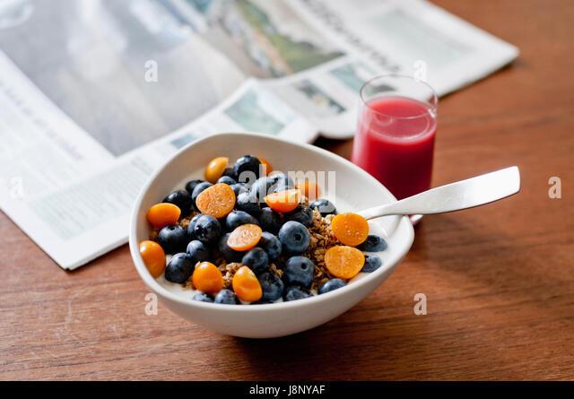 Schale mit Obst auf Tisch Stockbild