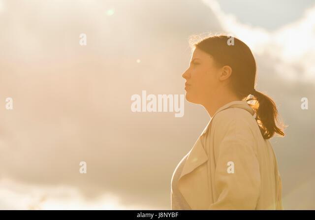 Frau stehend gegen Himmel Stockbild