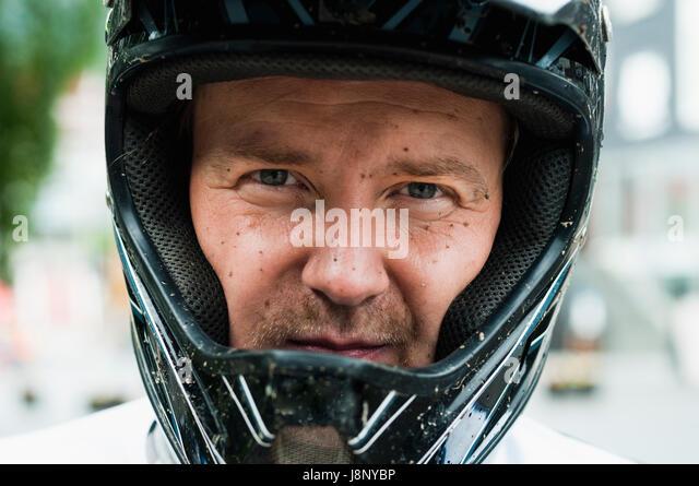 Mann in Blick in die Kamera-Schutzhelm Stockbild