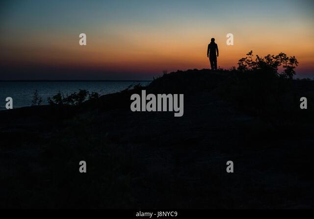 Silhouette der Mann bei Sonnenuntergang Stockbild