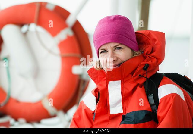 Frau in rot Jacke Stockbild