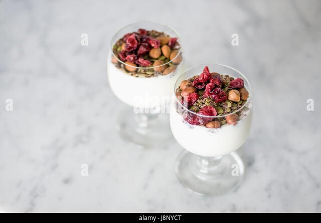 Desserts in Gläsern auf Tisch Stockbild