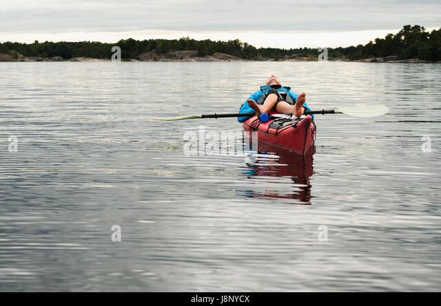 Frau liegend auf kayak Stockbild