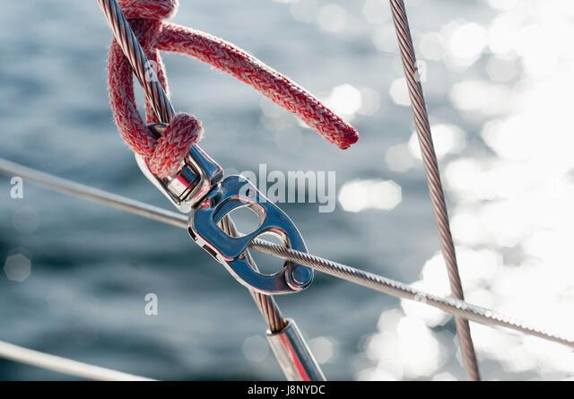 Seil und Karabiner am Boot Stockbild
