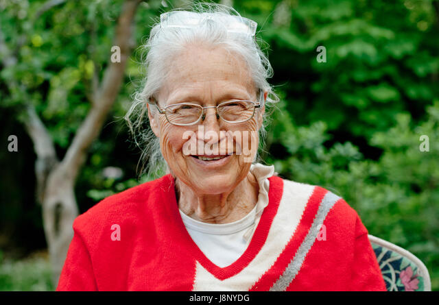 Frau mit Brille, Blick in die Kamera Stockbild