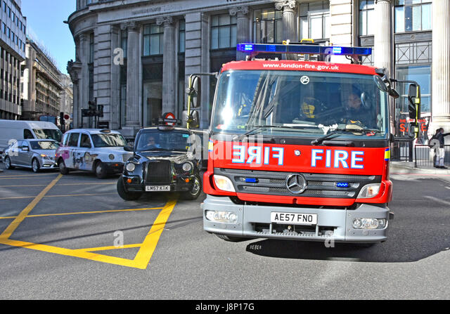 Nahaufnahme Feuerwehrauto Notdienste Antwort Stadt von London UK Feuerwehr Mercedes Benz Gerät 999 Anruf vorbei Stockbild