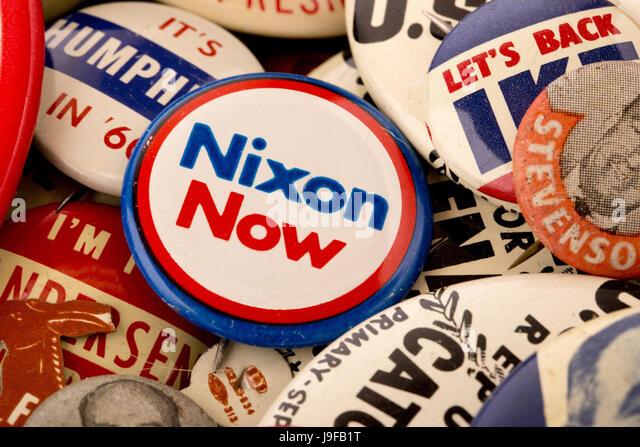Vielzahl von amerikanischen Wahlkampfs Tasten zusammen mit einem 1972 US-Präsidenten Nixon Schaltfläche Stockbild
