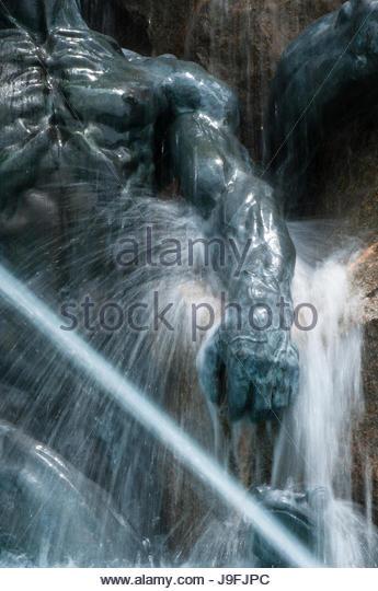 Wasser spritzt eine Bronzestatue in einem Brunnen in der Library of Congress. Stockbild