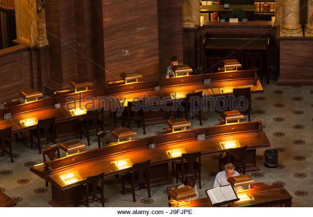Die Menschen sitzen am Lesen von Tabellen in der Library of Congress. Stockbild