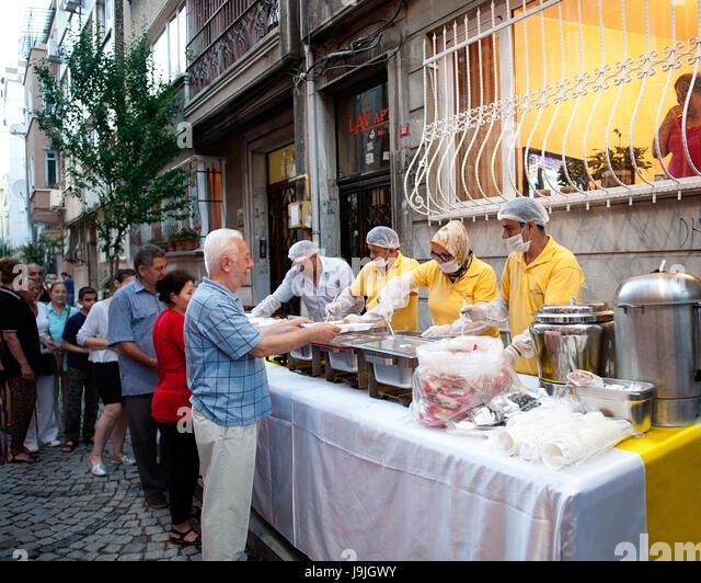 Nachbarn brechen ihre Ramadan Fasten zusammen, Istanbul, Türkei Stockbild
