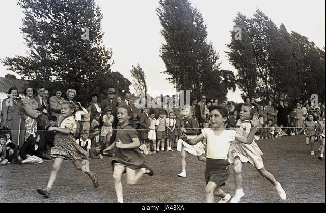 1950er-Jahren, historische, junge Mädchen das finishing Seil in der 60 Yard Dash an einer Grundschule zu treffen Stockbild