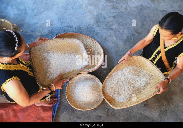 Die traditionelle Art des reinigenden Reis in Borneo Stockbild