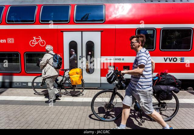 Regionalzug, Biker auf Plattform, Bahn Bahnhof Bad Schandau, Sächsische Schweiz, Deutschland, Europa Stockbild