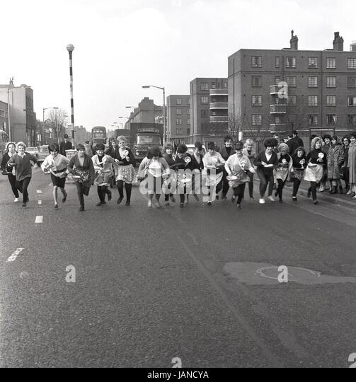 1965, old Kent Road, Peckham, London und eine Gruppe von Damen auf den Weg in ihre Schürzen und Pfannen für Stockbild