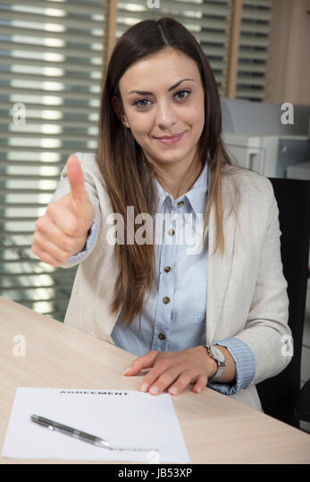 Business-Frau zeigt Daumen oben, leere betrügerische Vertrag Stockbild