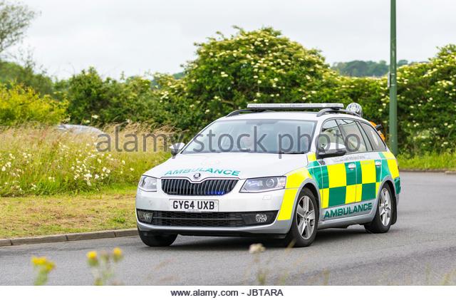 Süd-ost-Küste Rettungsdienste ambulance Auto einen Anruf auf einen Kreisverkehr in Großbritannien. Stockbild