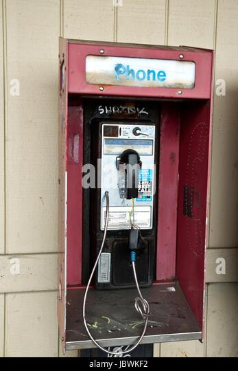 Verlassene Münz öffentliche Telefonzelle mit Freigabe Münzeinwurf, Graffiti. Stockbild