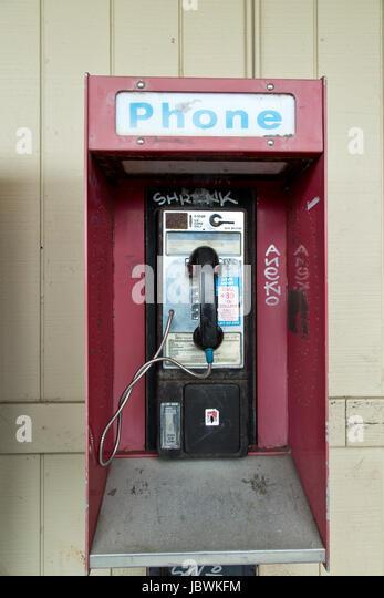 Abgebrochene Münzautomaten öffentliche Telefonzelle mit Münze release Slot, alten Shopping Center, Stockbild