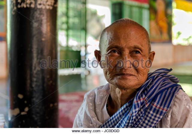 Frau in einem buddhistischen Tempel in Kambodscha Stockbild