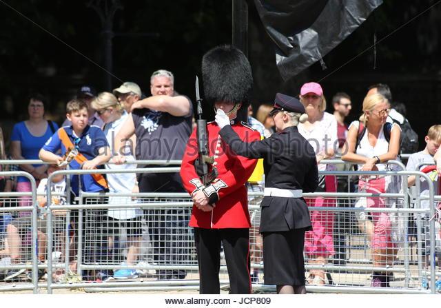 London, UK. 17. Juni 2017. Ein Gardist des 1. Bataillons, Coldstream Guards wird Wasser auf der Mall zu trinken Stockbild