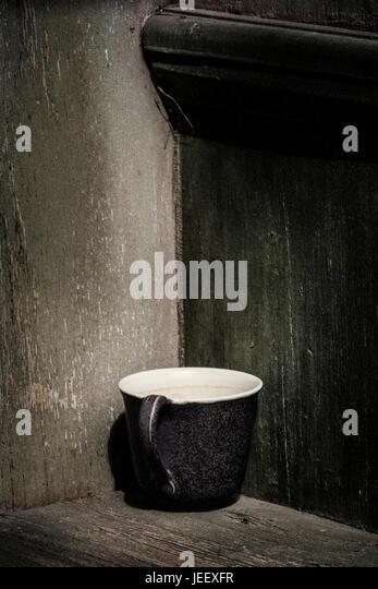 Alte Kaffeetasse in rustikalem Ambiente. Vintage Stillleben mit leeren Becher und hölzernen Hintergrund mit Stockbild