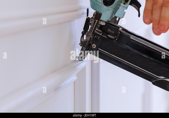 Messgerät beenden Nagler Mann genagelt Latten Zollhaus Bauunternehmer Stockbild