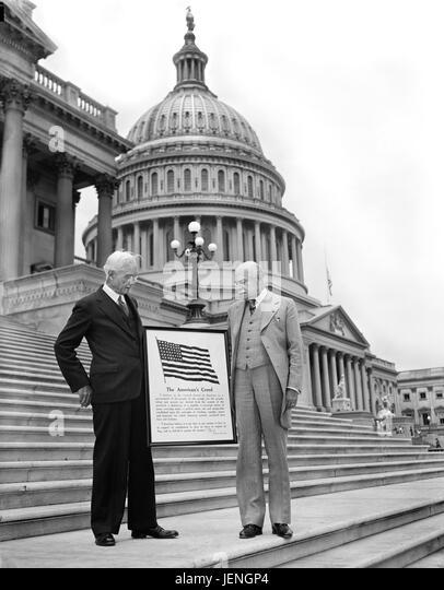 """Zwei Männer mit Schild """"Des Amerikaners Creed"""" auf Stufen des US-Kapitol, Washington, DC, USA, Harris Stockbild"""