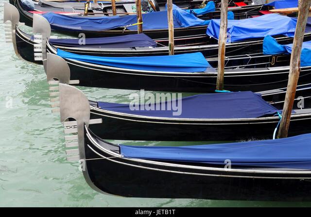Im Leerlauf Gondeln, Venedig, Italien Stockbild