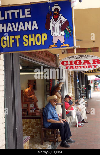 Exilkubanern U.S. Bürger vor den lokalen Geschäften; Little Havanna; Miami; Florida Stockbild