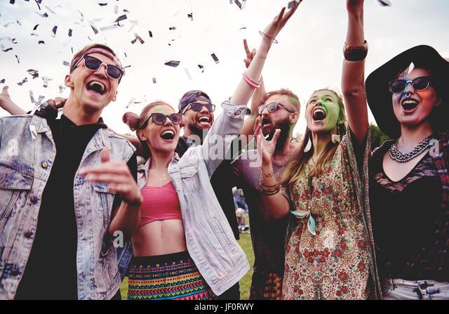 Gruppe von Freunden, Spaß auf dem festival Stockbild