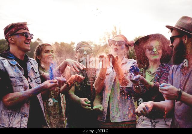Gruppe von Freunden feiern Holi-fest Stockbild