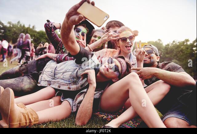 Freunde machen Selfie beim Sommerfest Stockbild