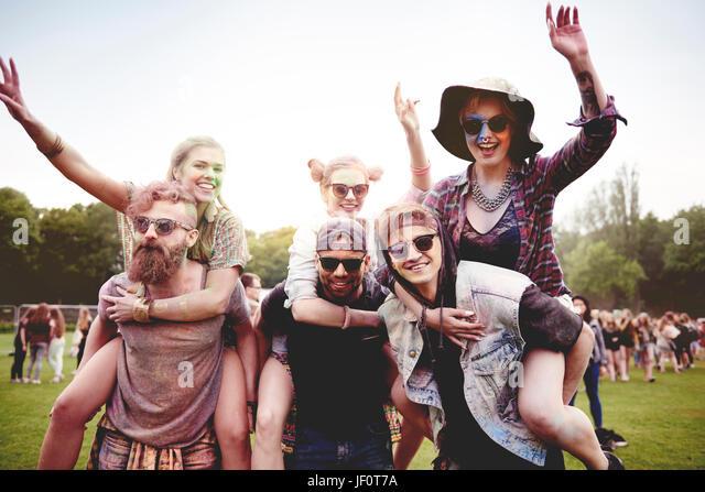 Porträt der Gruppe von Freunden auf dem festival Stockbild