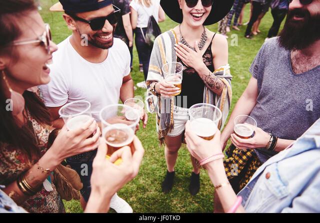 Gruppe von Freunden ein Bier trinken, bei den Festspielen Stockbild