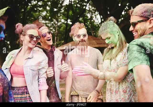 Freunde sind glücklich auf dem Holi-festival Stockbild