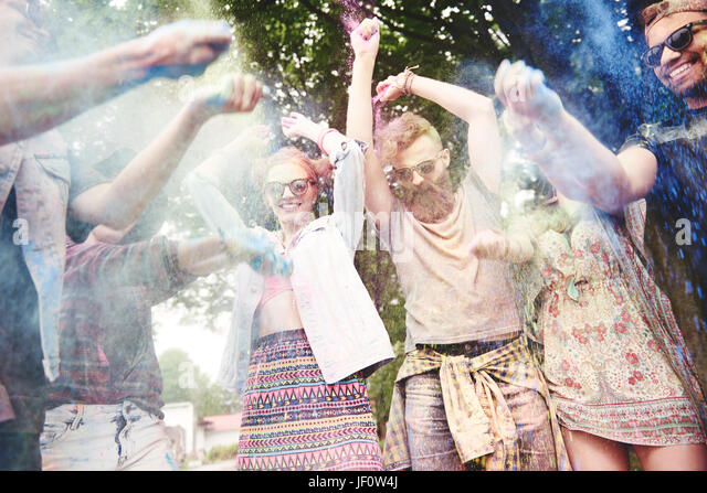 Menschen werfen die Holi Farben bei den Festspielen Stockbild
