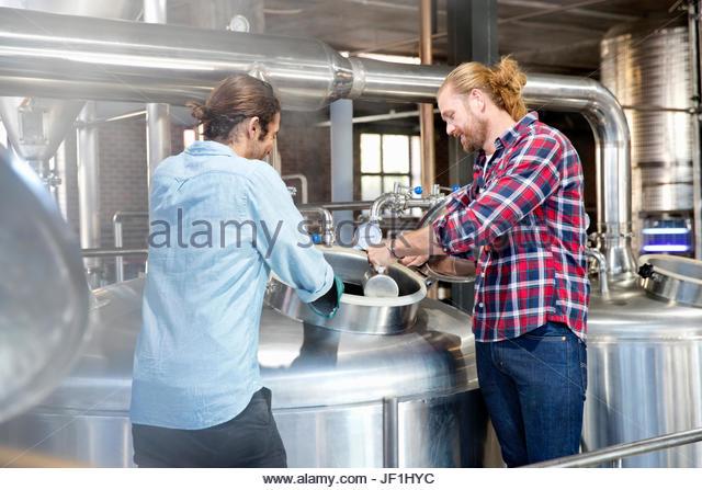 Brauerei Arbeitnehmer Überprüfung Fermentationsprozess In Stahl MwSt Stockbild