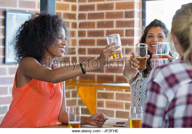 Gruppe von Freundinnen machen Toast In Bar zusammen Stockbild