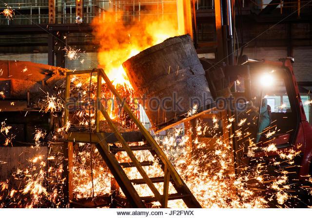 Funkenregen wie geschmolzenes Metall In Stahl Gießerei gegossen wird Stockbild
