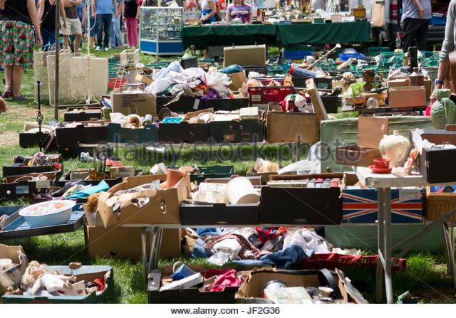 Nahaufnahme von Ständen auf Outdoor-Secondhand Flohmarkt Stockbild