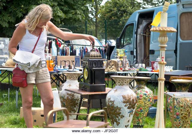 Frau Surfen im Stall auf Outdoor-Flohmarkt Stockbild