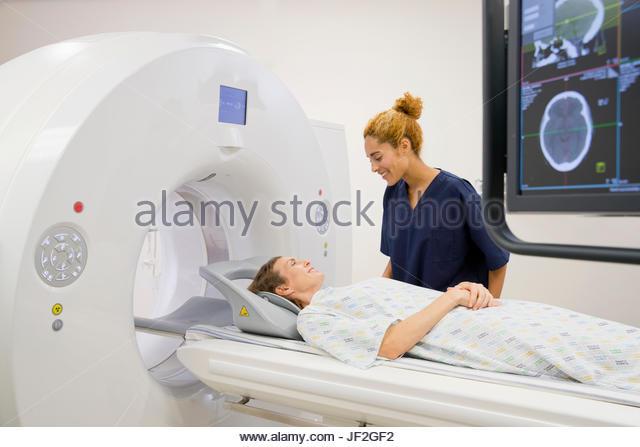 Krankenhaus-MTRA mit weiblichen Patienten operative CT-Scanner Stockbild