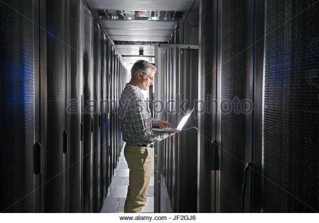 Service-Techniker mit Laptop arbeiten im sicheren Rechenzentrum Stockbild